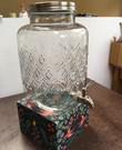 Waterdispenser (zo'n glazen waterkan waar aantal liter in kan met klein tapkraantje)