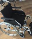 Opvouwbare rolstoel met beenlade (voor als je been omhoog gehouden moet worden, na een operatie bijv)