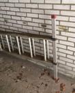 Uitschuifladder 2 delen met voetsteun en afstandhouder om veiliger te kunnen werken. Erg prettig bij het ramen lappen. Afstandhouder niet afgebeeld.