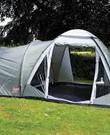 Tent - Coleman Waterfall - 4 persoons. Je kan in de voortent staan en in de slaaptent is ruimte voor een 2-persoons luchtbed plus een campingbedje. Of 4 eenpersoons luchtbedjes naast elkaar kan ook.