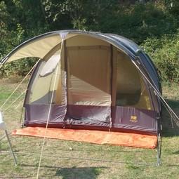 Tent met slaapcabine voor 4 personen, binnenruimte en luifel.