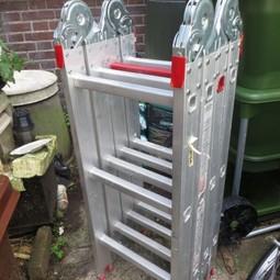 opvouwbare ladder (pakket van 1 meter, op de fiets te vervoeren), 3,5 meter lang, werkhoogte plm. 4 meter, ook als steiger of trap op te stellen.