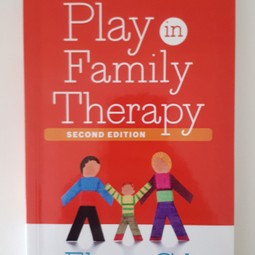 Boek - Play in Family Therapy - Eliana Gil - Guilford Publications