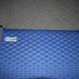 Zelfopblazend kampeer matje | Self-inflatable camping mat