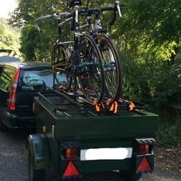 Kleine compacte aanhanger met fietsendrager voor drie fietsen.