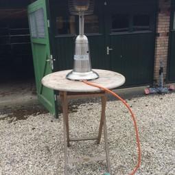 Elektrische heater op statafel -  gezellig. Foto toont nog gasheater, inmiddels vervangen voor Elektrisch