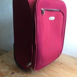 Trolley geschikt voor in het vliegtuig . Rood canvasachtige stof . Met verschillende vakken met ritsen. Twee wieltjes en uittrek handvat