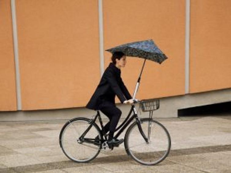 Damesfiets met paraplu fietshouder