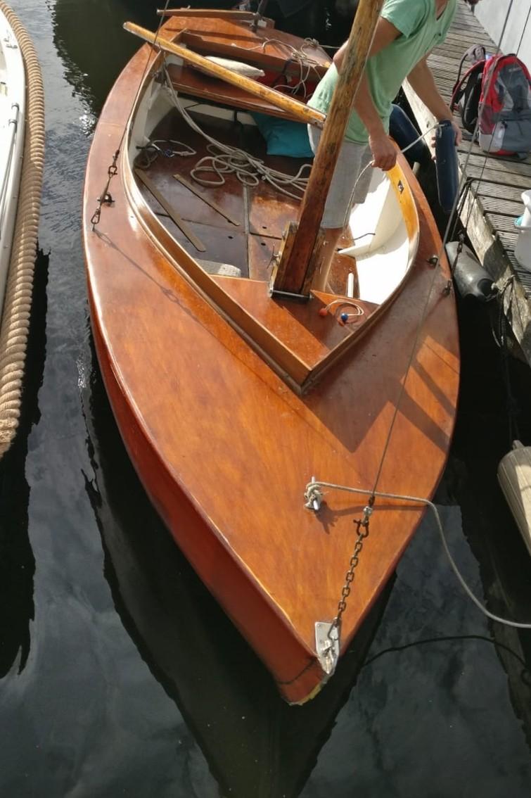Zeilen op de Mooie Nel in een kleine BM met elektro motor.