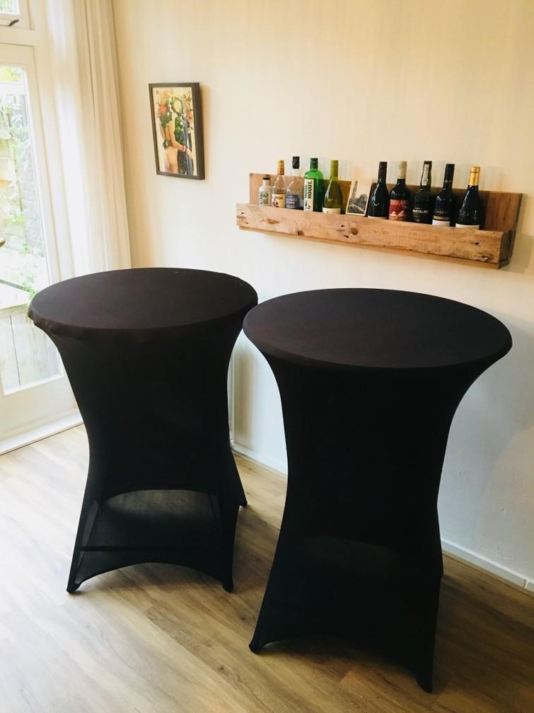 Twee statafels met tafelrokken (€10 voor 1 - €18 voor 2)