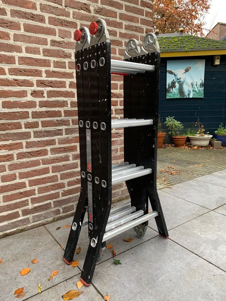 opvouwbare ladder (pakket van 1 meter, op de fiets te vervoeren), ca. 5 meter lang, werkhoogte plm. 5 meter, ook als steiger of trap op te stellen.