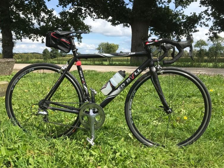 De fiets is 9,3 kg. Merk Rose Redbull