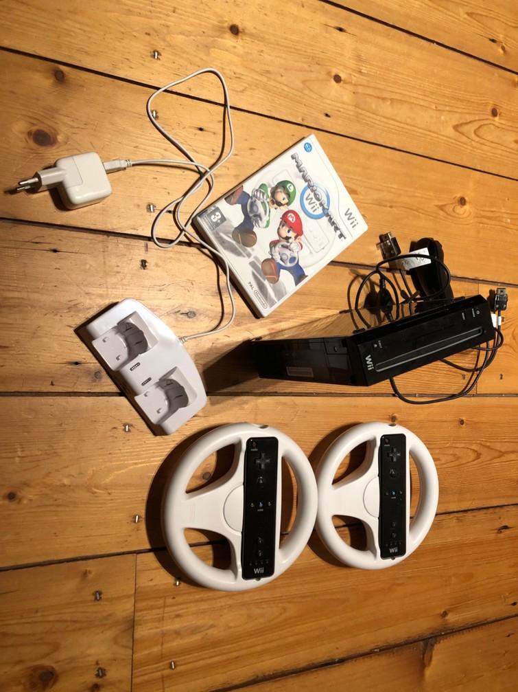 Wii incl. twee stuurtjes, Mario Kart en andere spellen