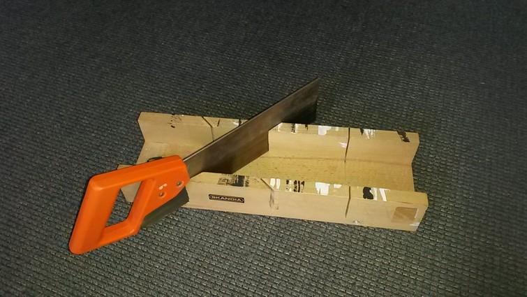 Houten verstekbak met zaag | Wooden miter box including saw