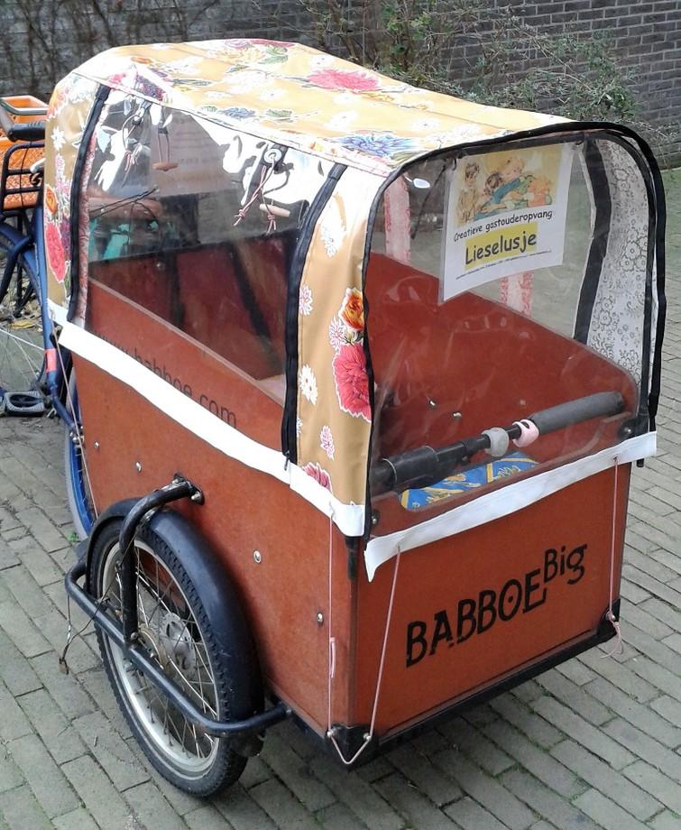 Bakfiets met 3 wielen, 3 versnellingen, een huif, 2 zitbankjes en 3 gordels