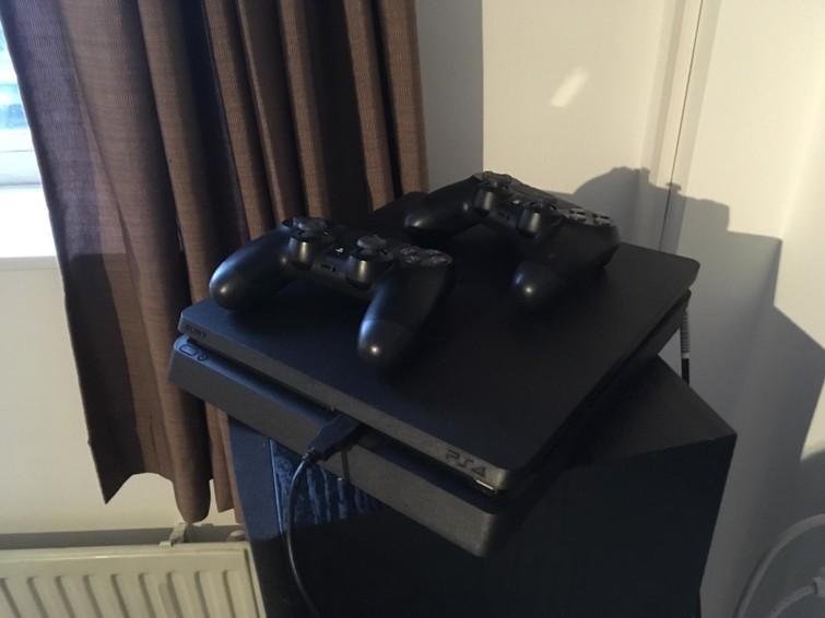 Playstation 4 goedkoop voor langere tijd! +2 controllers