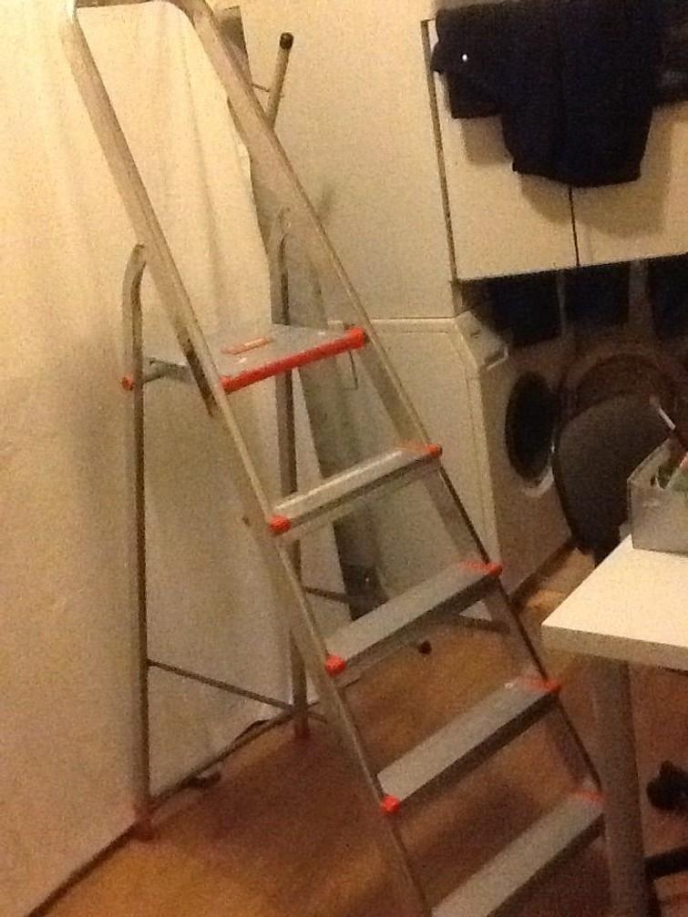 huishoudtrap, ladder, voor behangen enz.