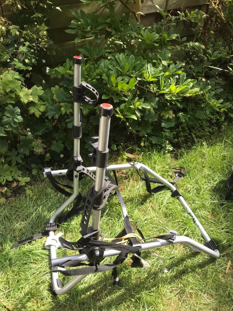 Fietsendrager achterop geschikt voor gebruik zonder trekhaak voor 3 fietsen. Alleen geschikt voor rechte achterkant.