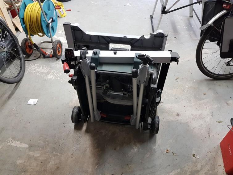 Gemakkelijk te vervoeren zaagtafel met wieltjes en inklapbare poten
