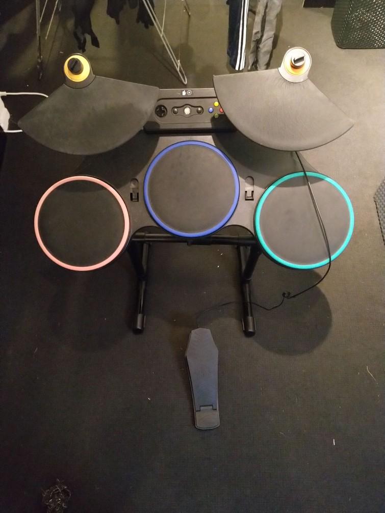 Xbox 360 met guitar hero drum en mic. En vele toffe spellen