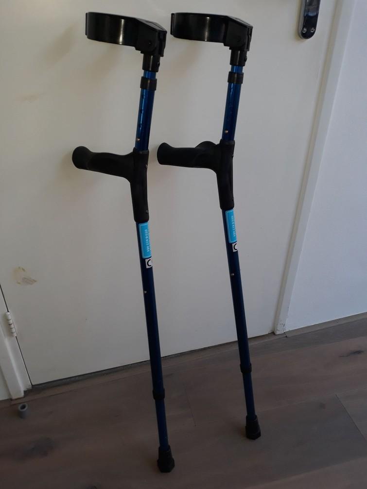Twee prima lichtgewicht krukken (blauw)