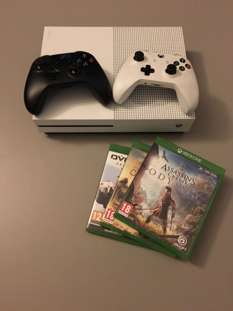 Xbox One + 2 controllers + games