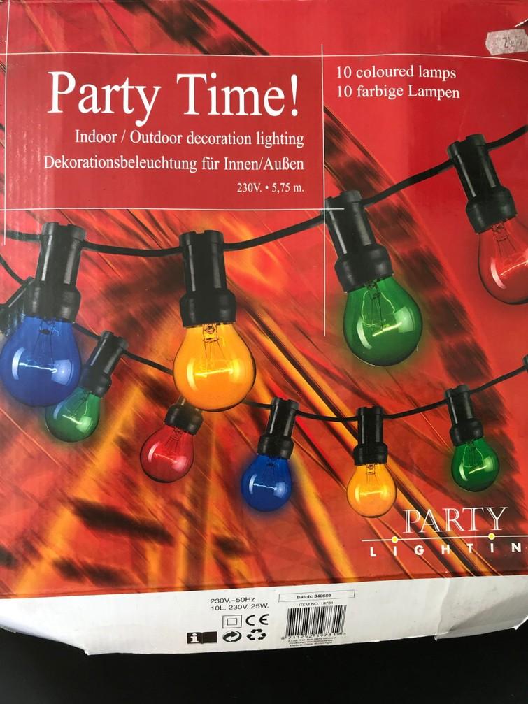 Prikkabel met meerdere gekleurde lampen.