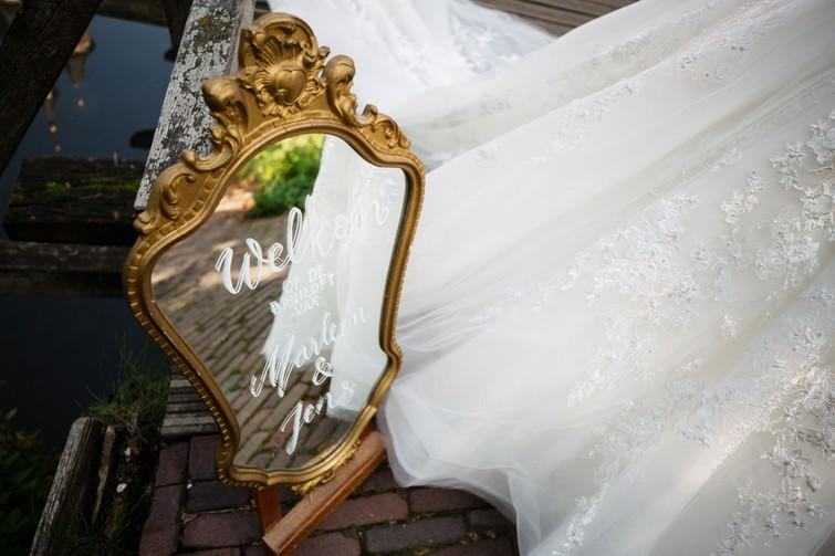 Gouden spiegel te gebruiken als welkomstbord voor bruiloft (incl belettering)