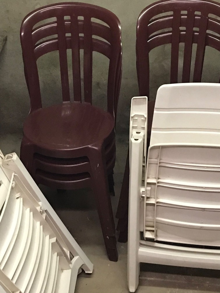 6 rode stapelstoelen