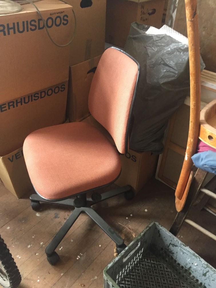 2 Bureaustoelen zwart en oud roze