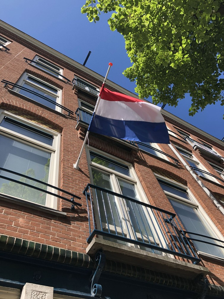 Vlaggenstok en vlag nl voor vandaag!