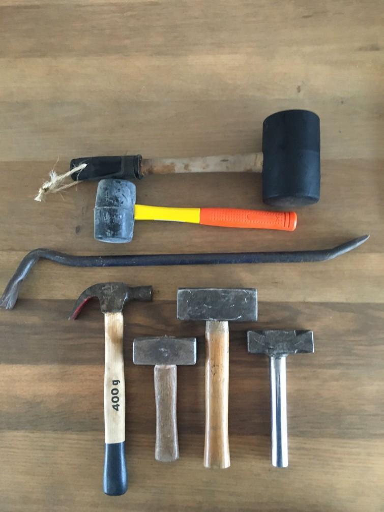 Koevoet , hamers (ook rubber) , vuistjes, ook sloopbeitels  aanwezig ( niet op de foto)