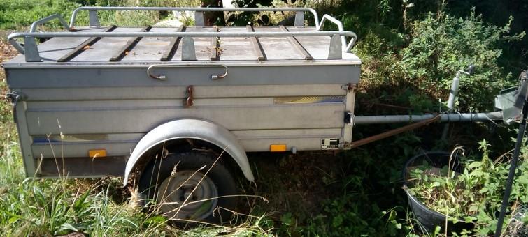 1x aanhangwagen en 1x bagagewagen met kampeerkeuken