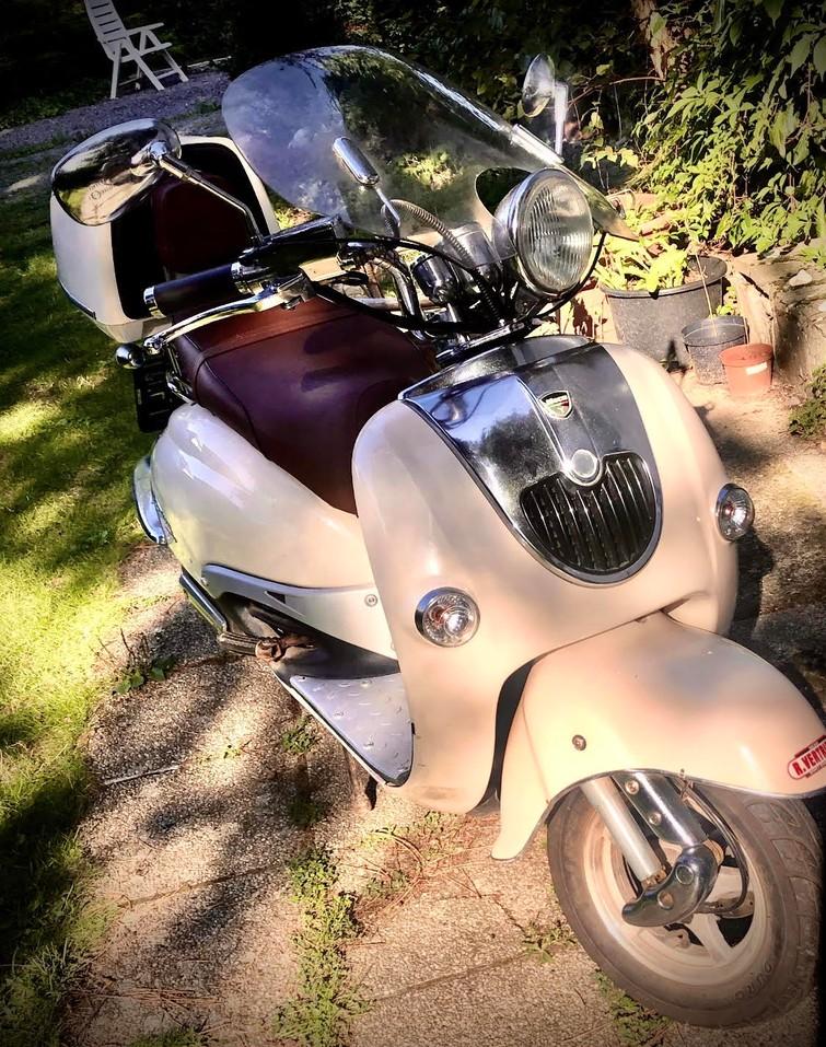 Retro Scooter te huur: Romantische NECO BORSALINO met 2 helmen, handige koffer en windscherm (125 CC dus kan 90km/u rijden)