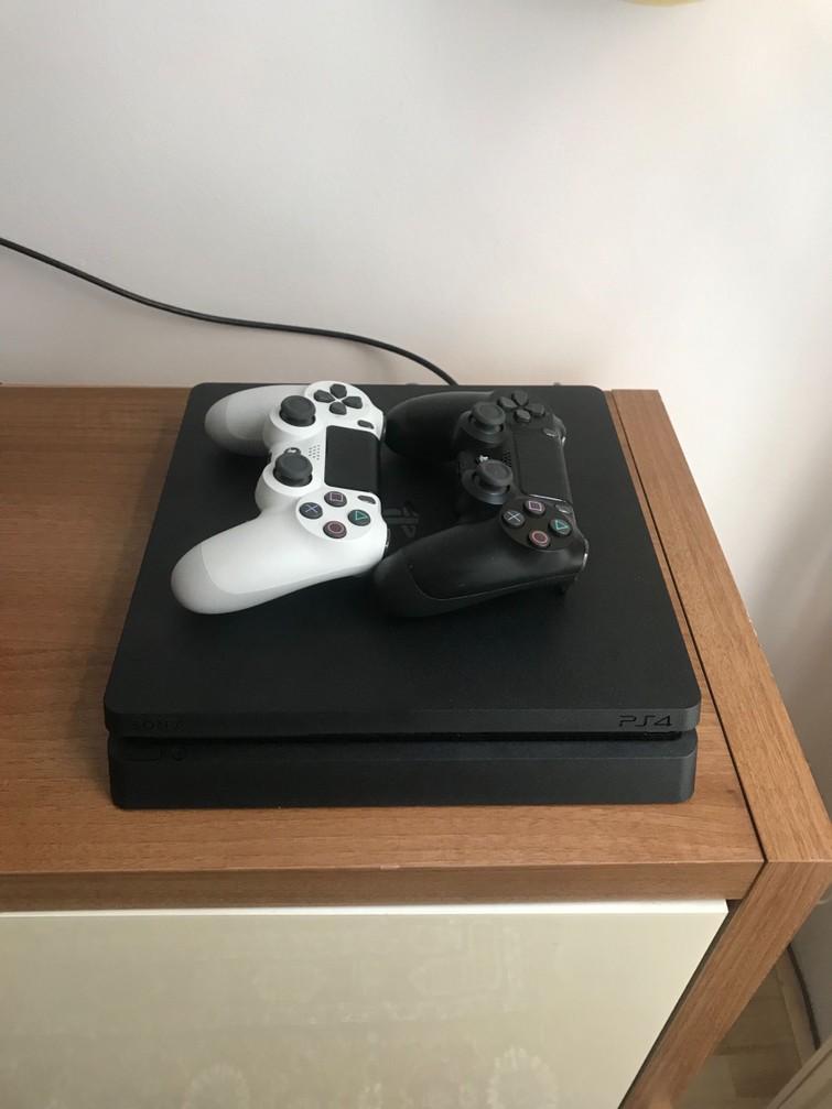 Playstation 4 met twee controllers en spellen!