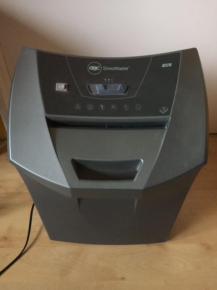 Elektrische papierversnipperaar, voor meerdere vellen tegelijk. Er mogen zelfs nietjes in het papier zitten. Ook geschikt voor het vernietigen van cd's.