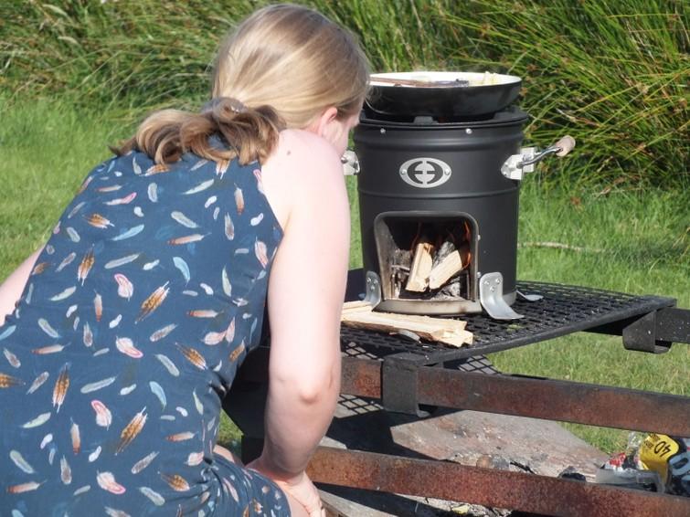 Envirofit: compacte stoof voor outdoor cooking. Zeer veilig in gebruik. Snel en eenvoudig op te zetten.  Zorg wel voor wat aanmaakblokjes, brandstof (sprokkelhout) en een pan