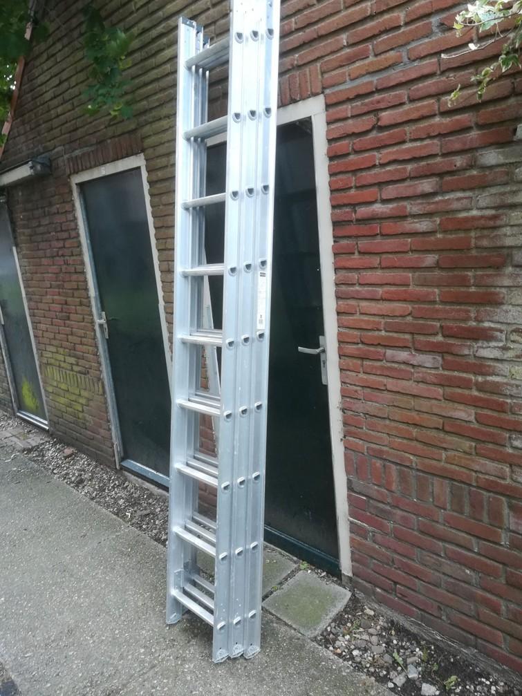Een uitschuifbare ladder, maximaal 6,32 meter hoog