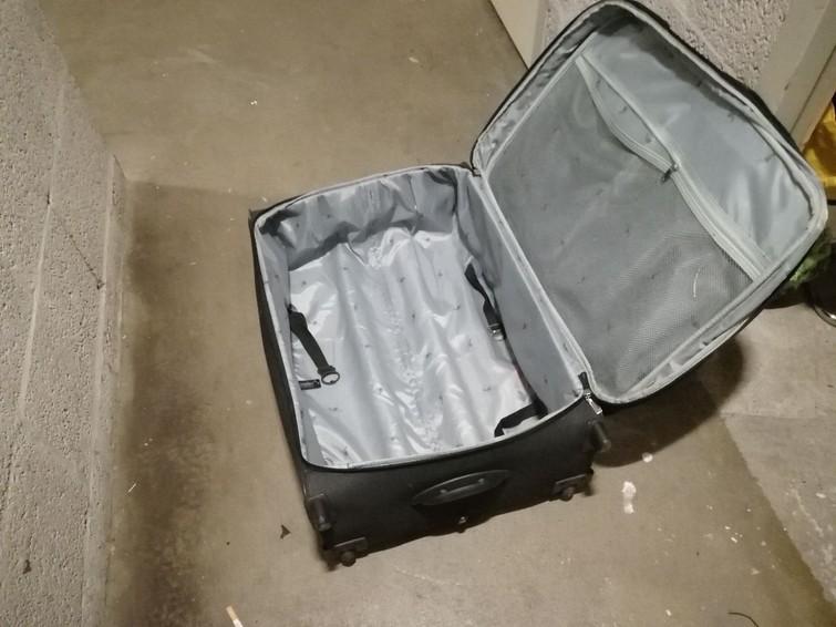 Grote koffer op wieltjes. Bevat meerdere afsluitbare vakken en is dmv een rits tot maximaal formaat open te ritsen.